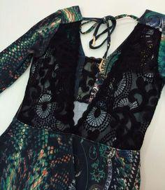 Vestido estampa de cobra com arabescos com renda preta by Ambicione