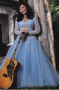Loretta Lynn is country singer. Old Country Music, Country Music Artists, Country Music Stars, Country Singers, Country Bands, Country Farm, Country Life, Country Style, Loretta Lynn