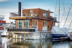 Contemporary Floating Home in Sweden / Spotted on ESNY, this nice floating home is located in the Pampas Marina, just a few minutes away from Stockholm´s city center, Sweden. | HomeDSGN
