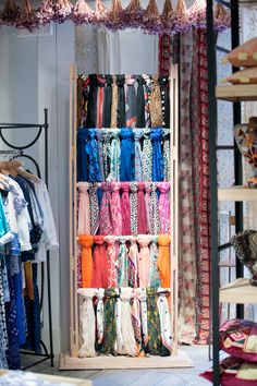 Quillmind Clothes Shop Interior Boutiques Display Ideas Retail Stores Ideas Zucchini: A Power Ho Clothing Boutique Interior, Boutique Decor, Boutique Design, Clothing Store Displays, Clothing Store Design, Decoration Shop, Scarf Display, Retail Store Design, Retail Stores