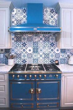 Luxury hand painted tiles in blue and white make a bold statement in this kitchen redesign. Mizner Tile Studio specializes in Mediterranean, Italian, Portuguese, and Spanish tiles for kitchens and more. Mediterranean Kitchen Tiles, Spanish Tile Kitchen, Moroccan Tiles Kitchen, Blue Kitchen Tiles, Kitchen Tiles Design, Interior Design Kitchen, Mediterranean Decor, White Kitchen Backsplash, Painted Tiles