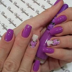Diva's nails: Nails with lilac pink enamel.
