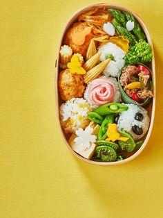 """「お弁当上手」と呼ばれるためにはどうすればいいの? 日本中の女子が一度は頭を悩ませるこの問題がようやく解決される日がきました、パチパチパチ! 「ELLEグルメ フードクリエイター部」で活躍する料理家の神田賀子さんが、ぶきっちょさんも一気にお弁当上手になれる近道を教えてくれた。まずは「これさえ作れば大丈夫」な""""神おかず""""と""""すきまの名おかず""""をマスターして。"""