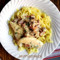 Makaron z kurkami i kurczakiem w sosie śmietanowym | Jest Pysznie! Cauliflower, Spaghetti, Meat, Chicken, Vegetables, Ethnic Recipes, Food, Cauliflowers, Essen