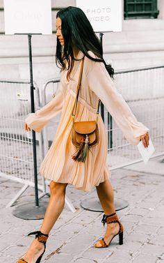 Street style look com vestido bege.
