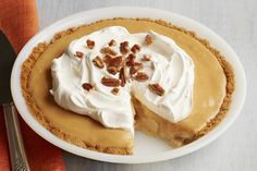 A graham-pecan crust filled with bananas and ooey-gooey caramel - this pie is sure to become a family fave! Banana Dessert Recipes, Pie Dessert, Desserts, Cool Whip, Toffee, Tarte Caramel, Microwave Caramels, Banana Pie, Graham