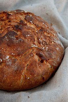 Heute ein Rezept außerhalb der Reihe. Der MDR dreht gerade für eine neue Sendereihe bei mir. Und das Brot, das eben noch im Ofen war, darf nun vor laufender Kamera verbloggt werden. Grundlage ist mein Dinkelseelenrezept. Ich habe es angepasst zu einem Brot, u.a. mit Emmervollkornmehl. Saftig, lange frisch haltend, hoch aromatisch und geschmacklich wie eine Sucht. Wer Weiterlesen...