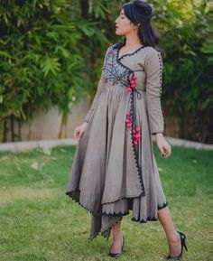 Latest Long Kurti Design Images For Stitching in 2019 - Buy lehenga choli online Angrakha Style, Kurta Style, Kurta Designs Women, Blouse Designs, Indian Attire, Indian Wear, Indian Dresses, Indian Outfits, Look Short