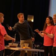 Her skal Bjørnar fra Stavanger forklare ord til Michelle og Øyvind fra MIL imens kan baker brownies