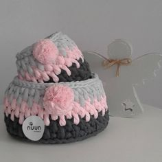 Ponponlu sepetlerim  Pembe ozel kesim penye ip @kilercipenye  Gri tonlari @oznurmeshyarn  Ahsap melek @renkli.dekor  Buyuk sepet= 13 ×19 cm Kucuk sepet= 13×10 cm Siparis icin DM lutfen... #sepet #penyeip #gri #pembe #fume #pink #grey #elyapimi #elorgusu #handknit #handmade #knit #crochet #knitting #ponpon #decor #dekorasyon #babyroomdecor #melek #angel #nuunhandmade
