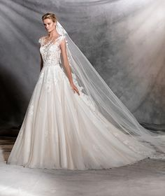 Style OFELIA 2017 PRONOVIAS This princess wedding dress is an ode to springtime. A masterpiece with floral motifs and details in thread embroidery and gemstones. Tulle combined with Chantilly and guipure in a tremendously feminine, evocative design.