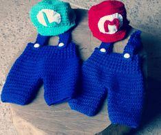 Kit com dois conjuntos confeccionados em crochê <br>Cor azul royal/ vermelho e verde <br>Tamanhos RN/ 1 a 3/ 3 a 6 meses <br>Podem ser vendidos separadamente ($70,00 cada conjunto)