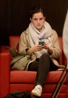 Emma Watson Photos - Emma Watson plays on her iPhone while sitting in the American Airlines Sky Lounge, before she departs atLAX (Los Angeles International Airport). - Emma Watson Photos - 2271 of 5815