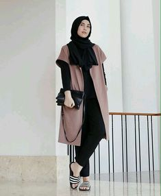 You don't have to give up on your Hijab to look fashionable. Get the modern Hijab street style look with these tips. Modern Hijab Fashion, Street Hijab Fashion, Hijab Fashion Inspiration, Muslim Fashion, Modest Fashion, Girl Fashion, Fashion Outfits, Hijab Style, Casual Hijab Outfit
