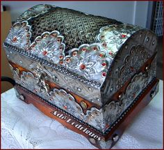Baú de madeira todo forrado e trabalhado com latonagem em alumínio. Criação Adê Rodrigues. Metal Tape Art, Painted Suitcase, Cigar Box Crafts, Tin Can Art, Pirate Treasure Chest, Trunks And Chests, Antique Boxes, Pretty Box, Altered Boxes