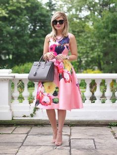 Pink sleeveless floral dress and Michael Kors bag. Trench Dress, Chanel Sunglasses, Black Sunglasses, Church Outfits, Sexy Outfits, Flare Dress, Fit And Flare, Designer Dresses, Dress Skirt