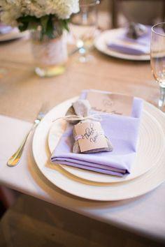 Una idea original para tu boda: un recuerdo con lavanda sobre el plato de cada comensal