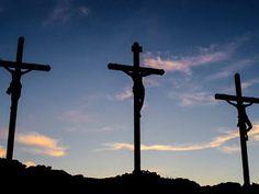 Lucas 23:39-43 Y uno de los malhechores que estaban colgados le injuriaba, diciendo: Si tú eres el Cristo, sálvate a ti mismo y a nosotros.  Respondiendo el otro, le reprendió, diciendo: ¿Ni aun temes tú a Dios, estando en la misma condenación? Nosotros, a la verdad, justamente padecemos, porque recibimos lo que merecieron nuestros hechos; mas éste ningún mal hizo. Y dijo a Jesús: Acuérdate de mí cuando vengas en tu reino. Entonces Jesús le dijo: De cierto te digo que hoy estarás conmigo en…