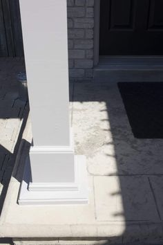 Older homes can have a lot of peeling paint if the wood trim has been exposed to the elements. Here's an easy solution to peeling outdoor paint! Painting Trim, House Painting, Diy Painting, Concrete Front Steps, Porch Pillars, Garage Door Paint, Garage Door Styles, Diy Home Cleaning, Cleaning Hacks