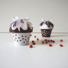 Free printable cupcake gift boxes, free calendar sheets and seasonal paper decor