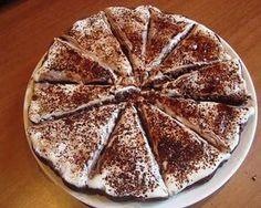 """Blesková pochúťka, ktorú máte na stole za pár minú poteší každý mlsný jazýček. Tento recept však poteší aj """"cukrárku"""", ktorá zákusok pripraví. Nenáročný a rýchly postup, ktorý si vyžaduje minimum surovín. Túto lahodnú sladkú tortu si pripravíte podľa vlastnej chuti. So šľahačkou, smotanou, džemom alebo poliatu čokoládou. Zakaždým chutí skvele vďaka nadýchanému a jemnému korpusu."""