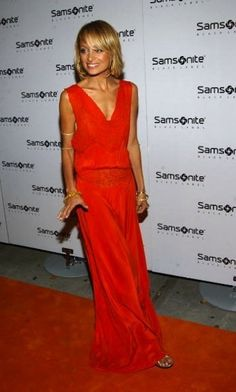 Nicole Richie in long red gown - drop waist red gown - blonde bob with side swept bangs Fashion Line, Fashion Beauty, Warm Blonde, Garden Wedding Dresses, Evolution Of Fashion, Nicole Richie, Dress Codes, Dress To Impress, Cute Dresses