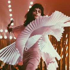 Rami Malek as Freddie Mercury in Bohemian Rhapsody film Discografia Queen, Queen Band, Rami Malek Freddie Mercury, Queen Freddie Mercury, Great Bands, Cool Bands, Freddie Mecury, Kindle, Ben Hardy