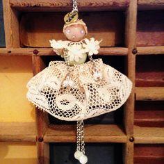 Batty: collana con ciondolo bambolina ,vestito realizzato in pizzo antico. BatterflyFirenze