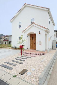 優しい色合いが心地いいヨーロピアンな外観 Stucco Exterior, Exterior Design, Home Building Design, Building A House, Japanese Modern House, House Front Design, Minimal Home, Dream House Exterior, House Entrance
