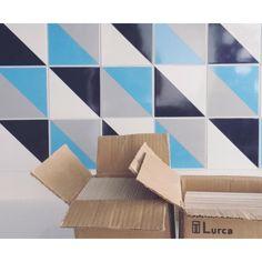 Lurca Azulejos   Azulejos Kit Triângulo 1 no projeto @studionumerozero   Kit Triângulo 1- Ceramic Tiles // Shop Online www.lurca.com.br #azulejos #azulejosdecorados #revestimento #arquitetura #reforma #decoração #interiores #decor #casa #sala #design #cerâmica #tiles #ceramictiles #architecture #interiors #homestyle #livingroom #wall #homedecor #lurca #lurcaazulejos