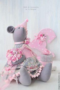 Купить или заказать Мышка для именинницы, игрушка мышка в подарок в интернет-магазине на Ярмарке Мастеров. Маленькая серая мышка в очаровательном платьице и праздничном колпаке, с букетом роз и тележкой с подарками создана, чтобы стать чьей - то доброй подружкой. Мышка текстильная, ростом 30 см, сшита из плотного хлопка, наполнена холлофайбером, платьице, панталоны и колпак из хлопка (нежное сочетание серых и розовых оттенков), украшены кружевом и декоративной тесьмой.