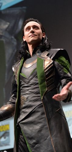 Tom Hiddleston as LokI at the San Diego Comic-Con on July 20, 2013. Via Torrilla: https://m.weibo.cn/status/4135623134627072#&gid=1&pid=9 Larger: https://wx4.sinaimg.cn/large/6e14d388gy1fi36mcdyvhj21w82uo7wh.jpg