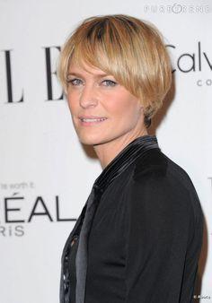 Les plus belles coupes courtes des stars Robin Wright a choisi une coupe courte légèrement boule qui met en valeur son immence sourire et ses traits anguleux.