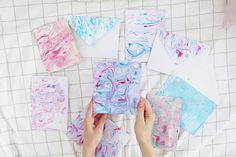 Du wolltest schon immer mal wissen, wie man ganz einfach Papier marmorieren kann? Dann schau auf meinem Blog vorbei, dort findest du die DIY Anleitung.