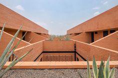 Ziegelbau Mexico, Foto: ©Diana Arnau - Moderne Häuser in Ziegeloptik mit vulkanischem Gestein, wurden in der Nachbarschaft von Mexico City errichtet. Natürliche und nachhaltige Baustoffe sowie eine einheimische Bepflanzung sind der Grundstock dieses beeindruckenden Wohnblocks.