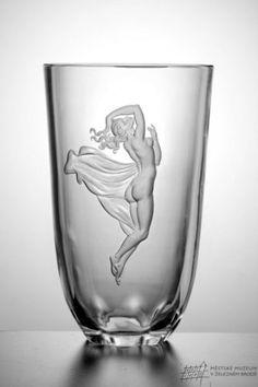 Návrh rytiny Jindřich Tockstein, provedení Miroslav Plátek. Cut Glass, Glass Art, Glass Etching, Etched Glass, Glass Engraving, Glass Design, Czech Glass, Liquor, Wine Glass
