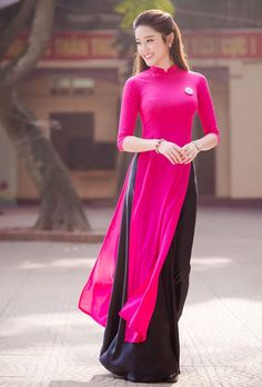 The beauty of the woman is just gentle and cool in the ao dai identity of the nation. this beauty is honored on the ao dai in many contests. Vietnamese Traditional Dress, Vietnamese Dress, Traditional Dresses, Kurta Designs, Blouse Designs, Pakistani Dresses, Indian Dresses, Indian Outfits, Ao Dai