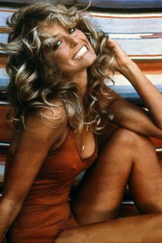 Next to pet rocks and lava lamps, Farrah Fawcett's pin-up poster was a staple in the rooms of men and boys in the late but women of the time were also inspired, tacking up her feathered waves in salons for their hairstylists to recreate. Beautiful Celebrities, Beautiful Actresses, Beautiful People, Beautiful Women, Farrah Fawcett, Beauté Blonde, Actrices Hollywood, Glamour, Timeless Beauty