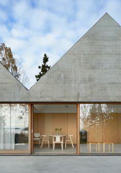 Tham & Videgård Arkitekter entwarfen das Sommerhaus Lagnö. Die Architekten kreierten das Haus als ganzheitlichen Teil der Natur wobei die schweren Materialien und ihre Farbpalette der umliegenden, steinigen Landschaft entsprechen. Das Äußere des Hauses ist geprägt von einer Reihe von Giebeldächern, die miteinander verbunden sind und wie bei Bootshäusern zu einer langen Fassade aneinandergereiht werden. So ergibt sich eine Abfolge von verschiedenen hohen Räumen. Der Wohnbereich erstreckt ...