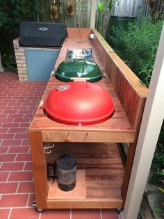 How To Build A Weber Grill Table - WoodWorking Projects & Plans Comment construire une table de barb Barbacoa Weber, Bbq Shed, Bbq Table, Picnic Table, Weber Grill, Weber Barbecue, Grill Cart, Resin Patio Furniture, Diy Grill