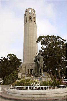 De Coit Tower met een standbeeld van Christoffel Columbus op de voorgrond.