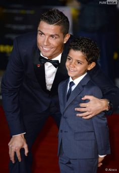 Cristiano Ronaldo complice avec son fils sur le tapis rouge du documentaire consacré à sa vie, le 9 novembre 2015 à Londres