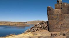 Sillustani terletak 34 km sebelah barat laut dari kota Puno, di tepi laguna Umayo yang indah, di Peru. Disini adalah salah satu dari banyak situs di daerah Puno dimana menara-menara pemakaman kuno yang disebut Chullpa ditemukan. Chullpa adalah makam atau kuburan yang tinggi yang dibangun dari batu dan tanah liat, biasanya setinggi 2 sampai 4 meter. Inilah mengapa orang orang sekitar menyebutnya makam kuno di menara Sillustani