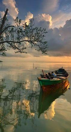 ✿ڿڰۣ(̆̃̃ღ Reflection Pictures, Nature Pictures, Cool Pictures, Fishing Photography, Outdoor Photography, Nature Photography, Moonlight Painting, Boat Painting, Boat Pics