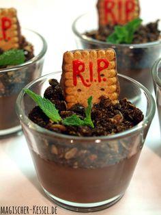 Halloween-Rezept: Friedhofspudding / Graveyard pudding - Schokoladenpudding mit Knuspergranola und Butterkeksen