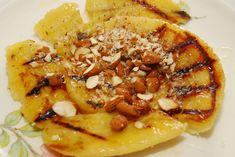 Keď sa veselej spoločnosti na grilovačke zunujú mäsové dobroty, ťažko je nájsť čosi na zmenu chuti a odľahčenie. Ak však v špajzi nájdete zopár zrelých banánov, môžete si byť istí že na počkanie pripravíte prekvapenie, ktoré sa hodí na horúce letné večery. Rafinovaná vôňa pečených banánov, jemná osviežujúca chuť citróna a chrumkanie orieškov vykúzlia harmóniu, … Risotto, Ethnic Recipes, Food, Essen, Meals, Yemek, Eten
