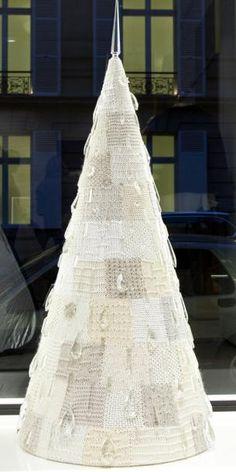 Maison Ullens Patchwork de maille en coton, soie, laine, rebrodé de perles et cabochons de cristal de Baccarat de la fin du XVIIIe siècle. Env. 1,60 m x 60 cm. Knitted patchwork in cotton, silk, wool,… - Sapins de Noël des Créateurs - 15/12/2014