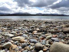 Im+Menai+Strait,+der+Meerenge+vor+der+kleinen+Insel+Anglesey+ganz+im+Norden+von+Wales,+wird+das+Halen+Môn+gewonnen.+Halen+bedeutet+Salz+und+Ynys+Môn+ist+der+walisische+Name+für+Anglesey,+erklärt+uns+Fran,+die+sich+um+die+Besucher+der+Meersalzanlage+kümmert.+Aber+bevor+wir+sehen,+wie+das+Salz+en