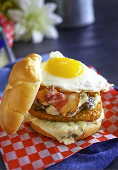 Castello Summer of Blue — Blue Cheese Breakfast Burger: A breakfast burger is loaded with a slice of delicious blue cheese, layered with hash browns, bacon and an egg. It's everything you love about breakfast, packed on your burger. Burger Recipes, Brunch Recipes, Breakfast Recipes, Snack Recipes, Barbecue Recipes, Breakfast Dishes, Cheese Recipes, Breakfast Ideas, Snacks