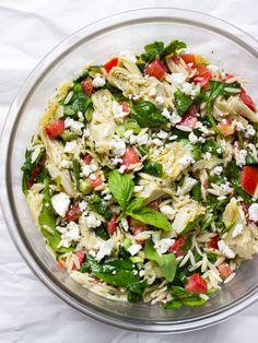Colorful orzo salad in less than 30 minutes! This Mediterranean tangy fresh orzo salad with artichokes and spinach is so easy to make. Serve it as a side or top Spinach Orzo Salad, Spinach Salad Recipes, Pasta Salad, Artichoke Salad, Artichoke Spinach, Vinaigrette, Orzo Salat, How To Cook Orzo, Menu